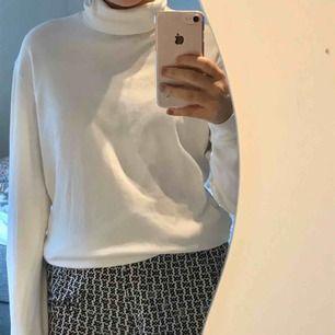 vit polotröja från uniqlo! fraktar inte men möts upp i stockholm