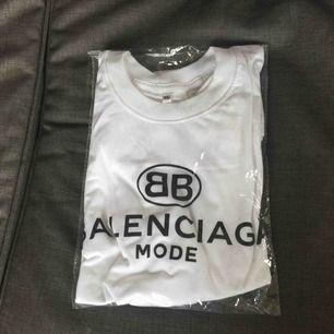 Balenciaga t-shirt  AAAAA+++ men super bra kvalité. XL men mer som L tycker jag..ny aldrig använd