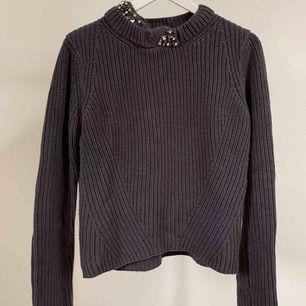 Clyde Knit  Grå stickad tröja från Hunkydory med fina detaljer på halsen i storlek S.  Fint skick!    Finns i centrala Göteborg, annars står köparen för frakt.