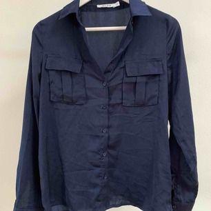 Silkesskjorta/ silkesblus från Nakd i storlek 34 / XS.  Fint skick!   Finns i centrala Göteborg, annars står köparen för frakt.