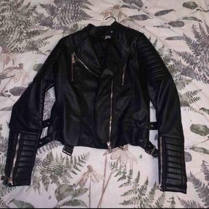 svart jacka från chiquelle inte använd mer än 3gånger. Jackan är i väldigt bra skick. Möts upp i stockholm