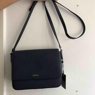 Alldeles ny DKNY väska, ALDRIV använd.  Prislapp finns kvar. Vid snabbaffär kan pris diskuteras.  Crossbody bag
