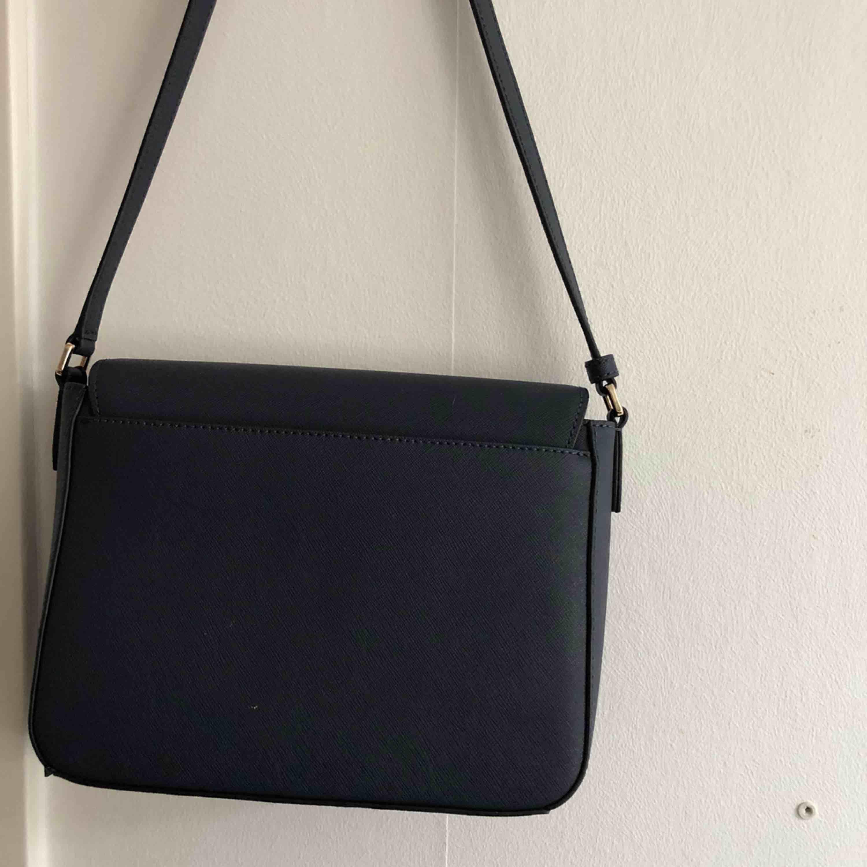 Alldeles ny DKNY väska, ALDRIV använd.  Prislapp finns kvar. Vid snabbaffär kan pris diskuteras.  Crossbody bag . Väskor.