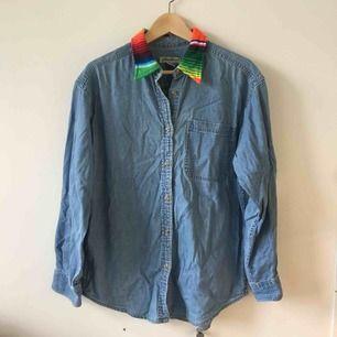 Snyggaste vintage jeansskjortan! Så orginell med regnbågsfärgadkrage! Väldigt unik! Storlek M herr. ✨
