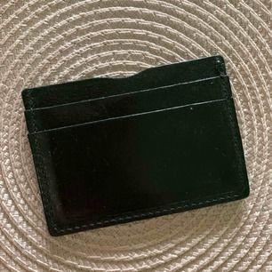 Kort plånbok Knapp använd men hunnit att få några märken. nypris är 129. frakt ingår. svart mjuk läder.