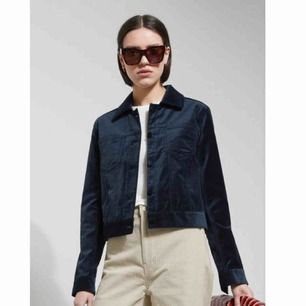 Liza jacket från weekday. mörkblå velvet. NP:700kr. PRIS KAN DISKUTERAS. knappt använd. köpr för ca 2 år sedan.