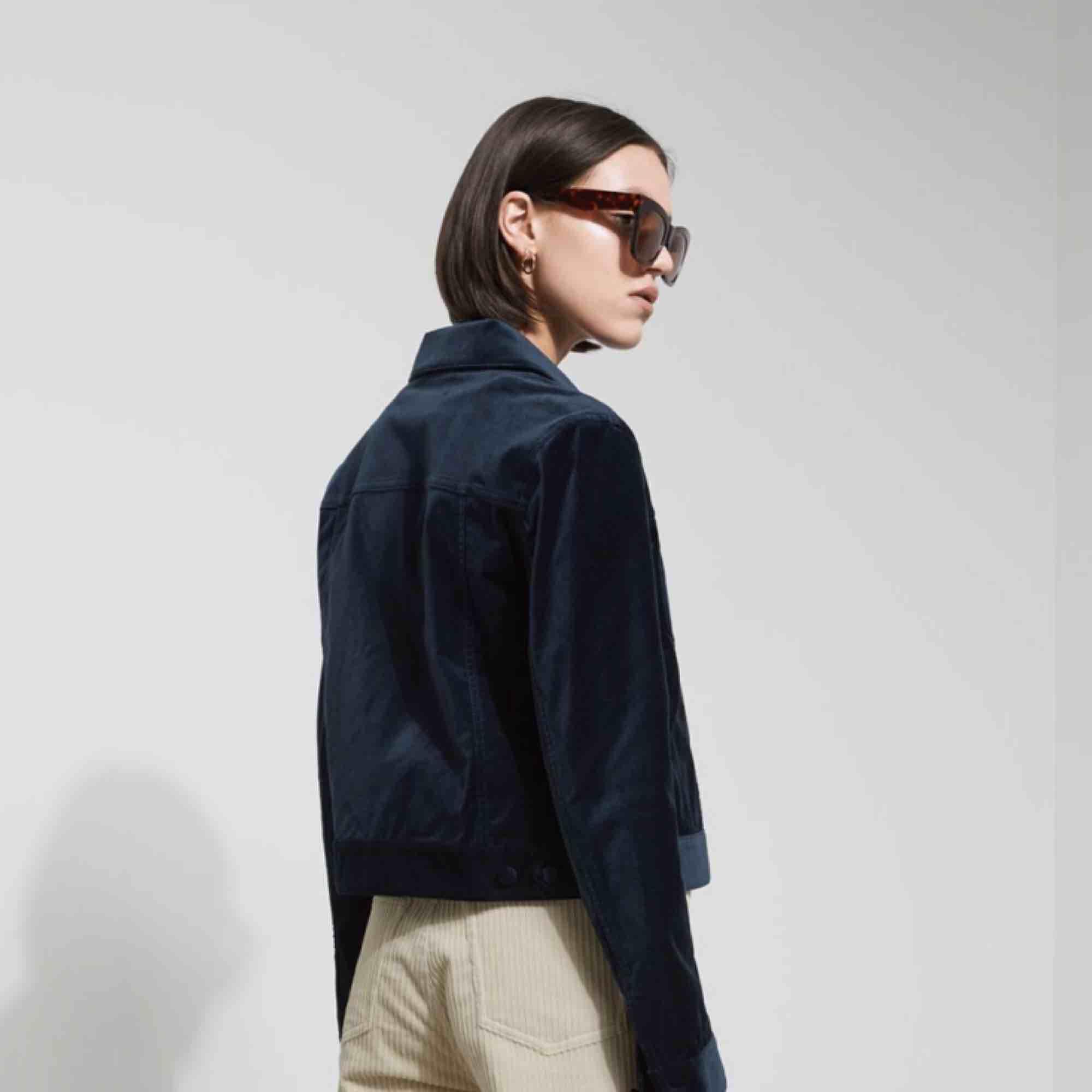 Liza jacket från weekday. mörkblå velvet. NP:700kr. PRIS KAN DISKUTERAS. knappt använd. köpr för ca 2 år sedan.. Jackor.