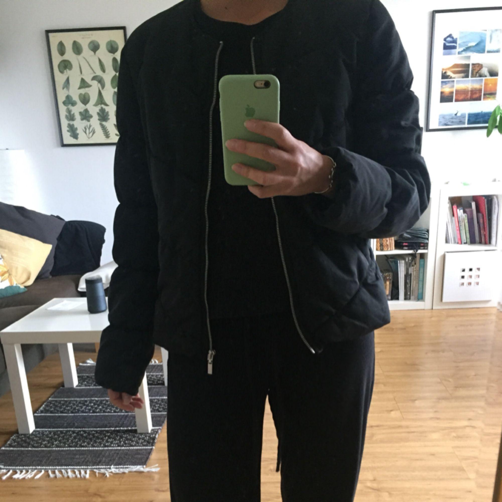 Svart kort jacka från HM. Höst🍂 Storlek 40 men sitter bra på mig( S, 165cm) Material:polyester  Inlöpt några år sedan men fortfarande fin, inga anmärkningar. Tvättad  Frakt tillkommer . Jackor.