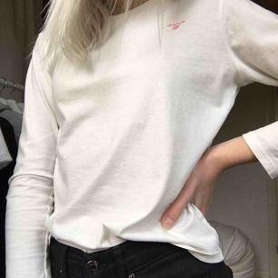 Mycket fin Gant tröja(äkta)😊 Passar inte längre😢 Köpt för 600 på Kidsbrandstore  Säljer billigt pga vill bli av med den