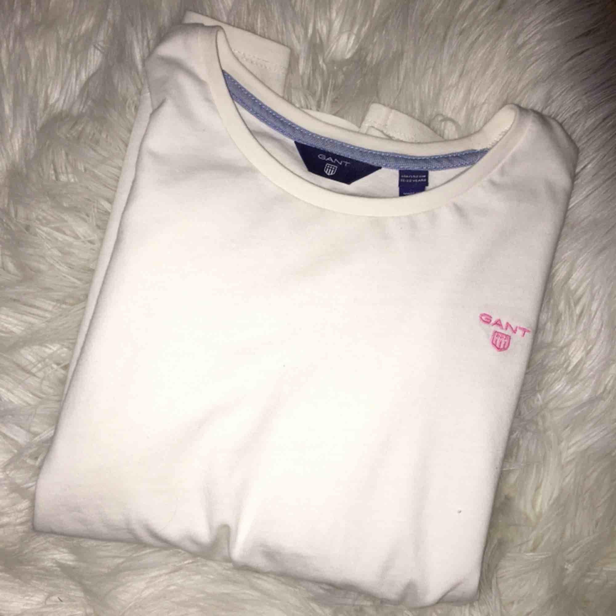 Mycket fin Gant tröja(äkta)😊 Passar inte längre😢 Köpt för 600 på Kidsbrandstore  Säljer billigt pga vill bli av med den. Tröjor & Koftor.
