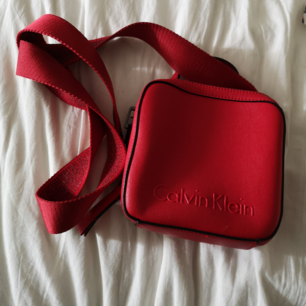 Säljer en av mina absoluta favorit väskor 😭 Från Calvin Klein. Nypriset var 2000kr. Inköpt förra året från Boozt. Kommer inte komma tillbaka till försäljning.💘 Superbra storlek å du får plats med det mest nödvändiga! 16cm x 16cm stor! Priset kan diskuteras vid snabb affär/betalning!