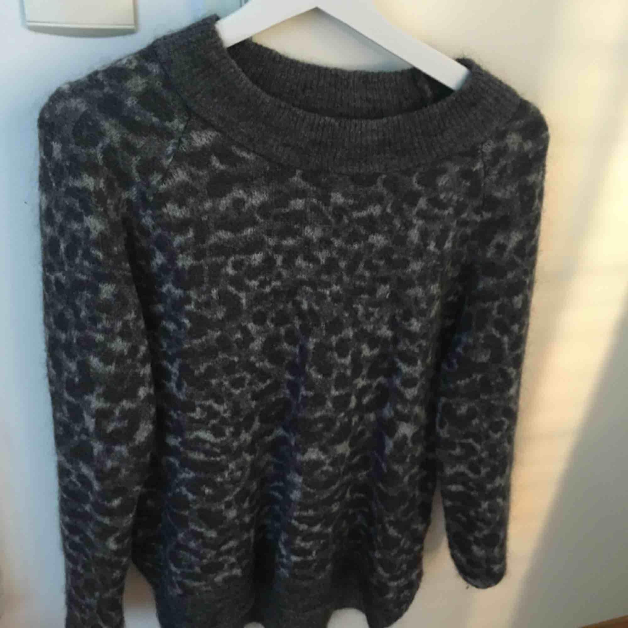 Stickad tröja från neo noir, osäker på storlek men är vanligtvis S o sitter stort på mig. Avänd ca 3 ggr. Stickat.