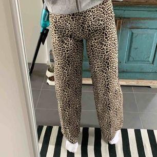 Ett par helt oanvända super fina leopard byxor. Skulle säga att dom mer är som kostym byxor än ett par mjukisbyxor  en dragkedja på ena sidan som inte syns där man stänger dom. Köpta för 500kr💕