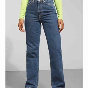 Skit snygga jeans i modellen Row Win från Weekday! Väldigt bra skick! Tyvärr lite för stora för mig 😩 Originalpris: 500kr!! möts helst upp i Uppsala annars står du för frakt! 🌻🌸