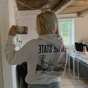 Vit hoodie från Hm med tryck på rygg Storlek XS, men är lite oversized.