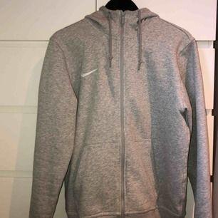 Ny och oanvänd Nike kofta köptes för 799kr, frakten är inräknat i priset!