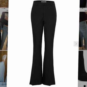 Högmidjade kostymbyxor från ONLY, flared nedtill. Säljer pga. för stora, använda 1 gång!! Längden är 30, vilket är den kortaste längden. Denna storlek (36/30) är helt slutsålt på hemsidan!!♥️