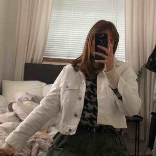Vit jeans jacka med text på ryggen