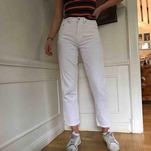 Vita straight leg jeans med vintage vibbar från märket Rocky. Passar storlek 26-27 runt midjan och hon på bilder är 180 cm lång för referens. De har en liten gräsfläck på ena knät men är annars i bra skick.