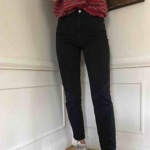 Ett par mörkblåa straight leg jeans från United colours of beneton. De är högmidjade och hon på bilden är 180 cm lång. I jättebra skick!