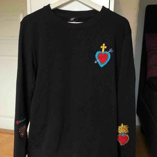 Långärmad tröja från illustrated people storlek Xs, aldrig använd & köpt från junkyard 599kr