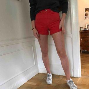 Sjukt coola röda shorts från monki. De är lösare runt låren och super högmidjade. De är använda en del men i bra skick.