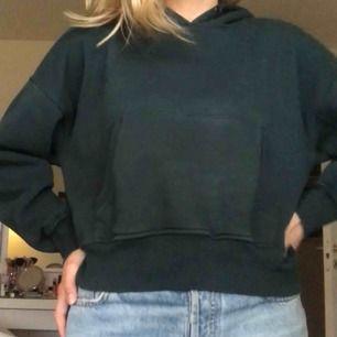 Riktigt snygg mörkgrön hoodie från Junkyards egna märke. Använd men i fint skick!  Köparen står för frakten🧡🧡