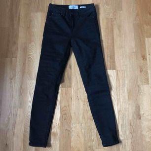 Ett par vanliga högmidjade svarta ankel jeans i storlek 34. Sitter väldigt tight. Endast använda en gång. Säljer pga av att de är små. Vid frakt står köparen för frakt.