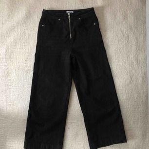 trendiga svarta jeans som jag köpte i somras för 600kr! lite utsvängda, högmidjade. frakt är inkluderat i priset.