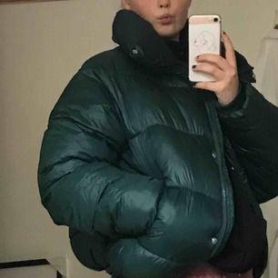 Säljer en supermysig vinterjacka i mörkgrönt glansigt material från Bikbok. Använd fåtal gånger. 💚💚 Den är inte formad i midjan så både tjejer och killar kan ha den:)