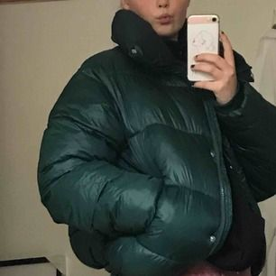 Säljer en supermysig vinterjacka i mörkgrönt glansigt material från Bikbok. Använd fåtal gånger. 💚💚 Den är inte formad i midjan så både tjejer och killar kan ha den:)  frakt: 60kr