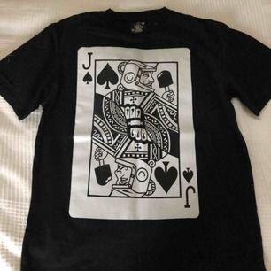 En väldigt lätt använd Billionaire Boys Club t-shirt med print på ryggen och bröstet, köpt för 800kr