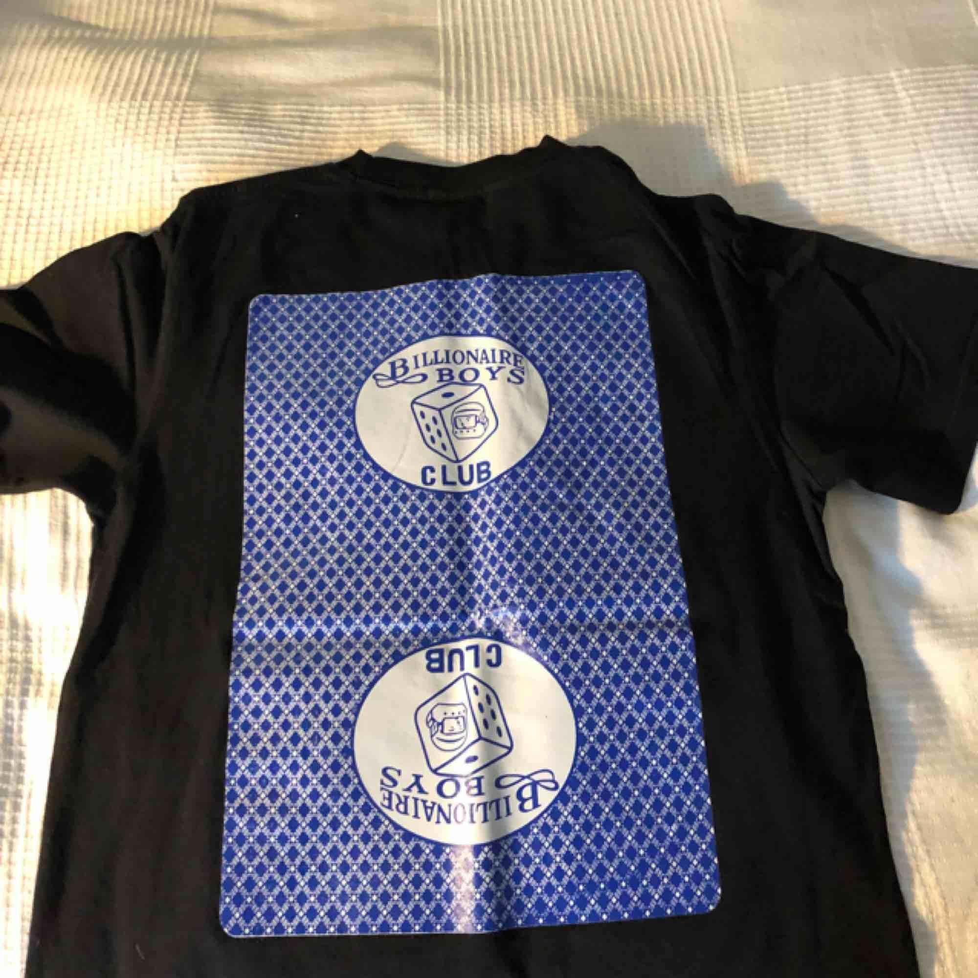En väldigt lätt använd Billionaire Boys Club t-shirt med print på ryggen och bröstet, köpt för 800kr. T-shirts.