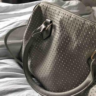 Snyggaste väskan i ljusgrått med silver strass!! Både korta handtag och ett långt axelband till!