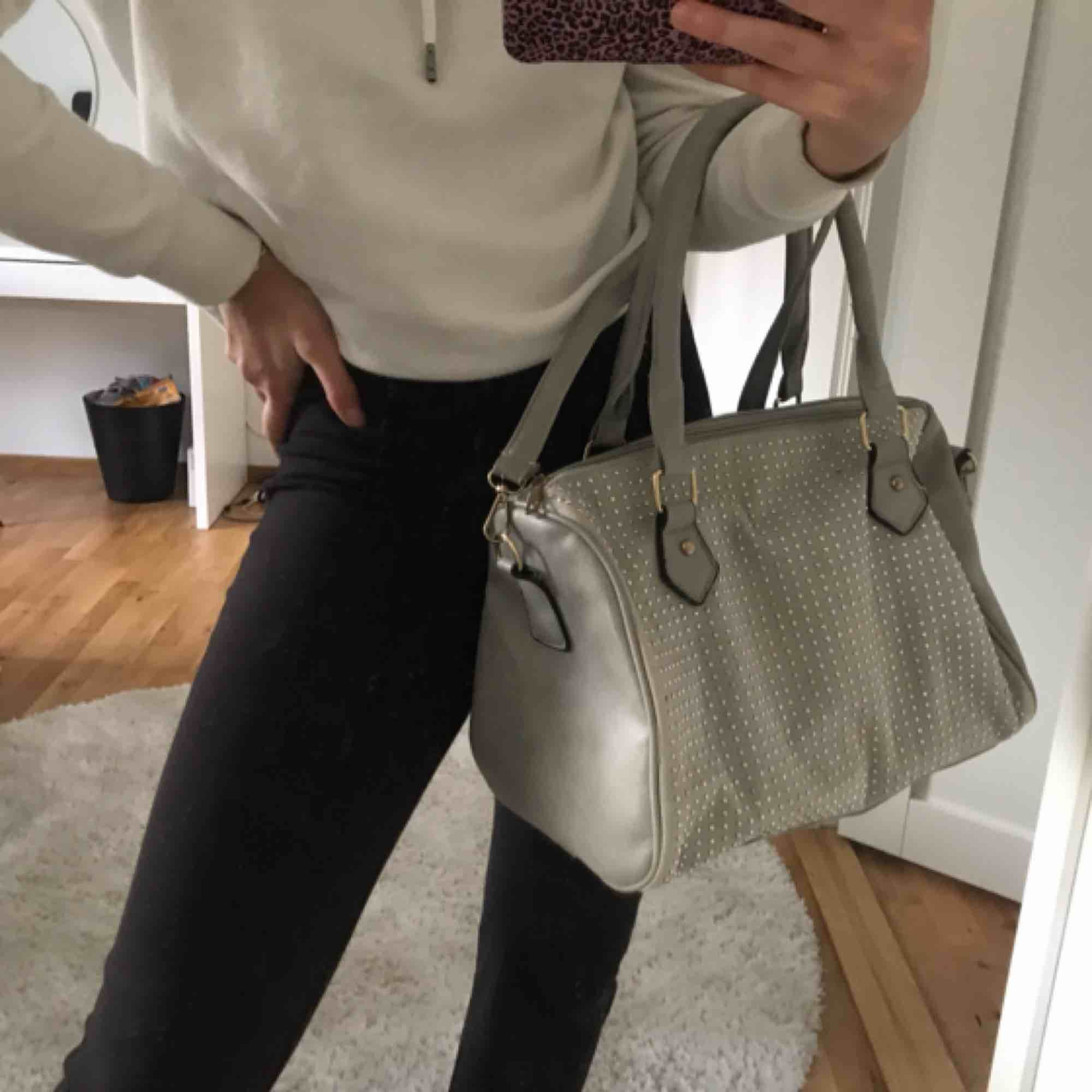Snyggaste väskan i ljusgrått med silver strass!! Både korta handtag och ett långt axelband till! . Väskor.
