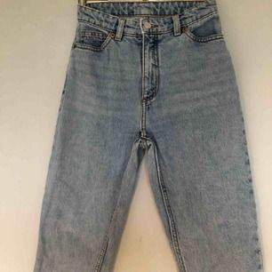 Jeans i modellen Kimomo från Monki💜 SKITsnygga men tyvärr för små för mig, därav har jag ingen bild med dem på🥺 har klippt av dem längst ner, men endast kanske 1cm (innerbenet är nu 64cm)🥰🥰