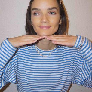 Söt och bekväm tröja från Hm! Knappt använd 🐟 Storleken är L men jag är en xs / s men använt den som en oversized tröja. Sitter mycket bra!