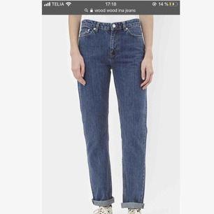 Jättefina, i stort sett oanvända jeans från Wood Wood🤭💖 Mid-Rise och i modellen Ina! Passar tyvärr inte mig, därav ingen bild på🥺🥺 25 i midjan och 32 i längd