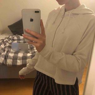 Basic vit hoodie från Bik Bok i storlek S (passar Xs-M) inga fläckar eller något som helst slitage. Säljer pga att den tyvärr aldrig kommer till användning. Tar endast swish och köparen står för frakt! Skriv till mig för mer info 💞