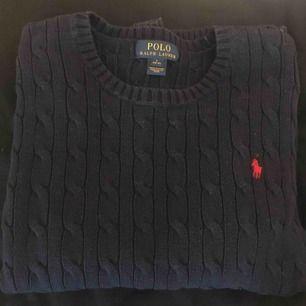 Ralph lauren kabelstickad tröja, marinblå med rött märke! Storlek 14-16 år skulle säga att det är en xs. Frakt tillkommer, kan mötas i Malmö!