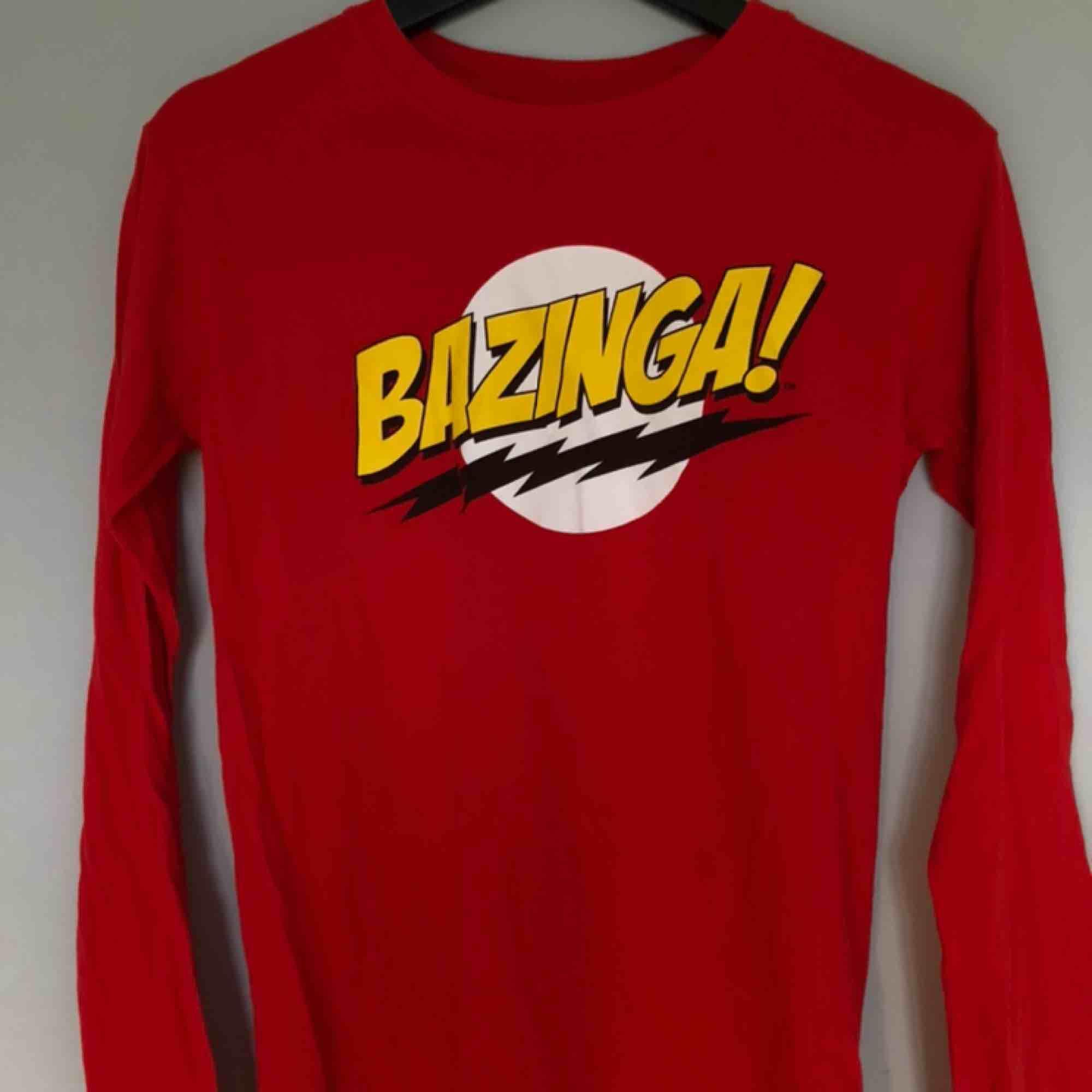 Röd tröja med tryck från serien The Big Bang Theory🥳 Självklart cool utan referensen till serien också🥰 Passar mig som brukar ha xs/s men tippar på att den även passar m💖. Toppar.
