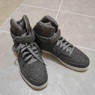Jättefina höga nike skor i tygmaterial, aldrig använt! Detta är en sample!