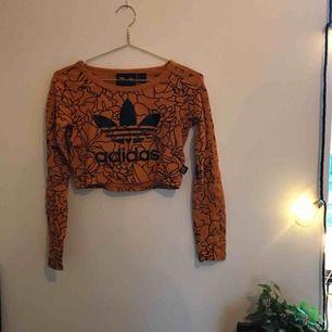 Sjukt cool kortare Adidas-tröja! Använd sparsamt och i väldigt bra kvalité. Nypris 500 kr. Jag har 34/36 och på mig sitter den i princip mitt emellan brösten och naveln. Skriv för mer bilder! Kan mötas upp i Gbg/köparen står för frakten.🥰