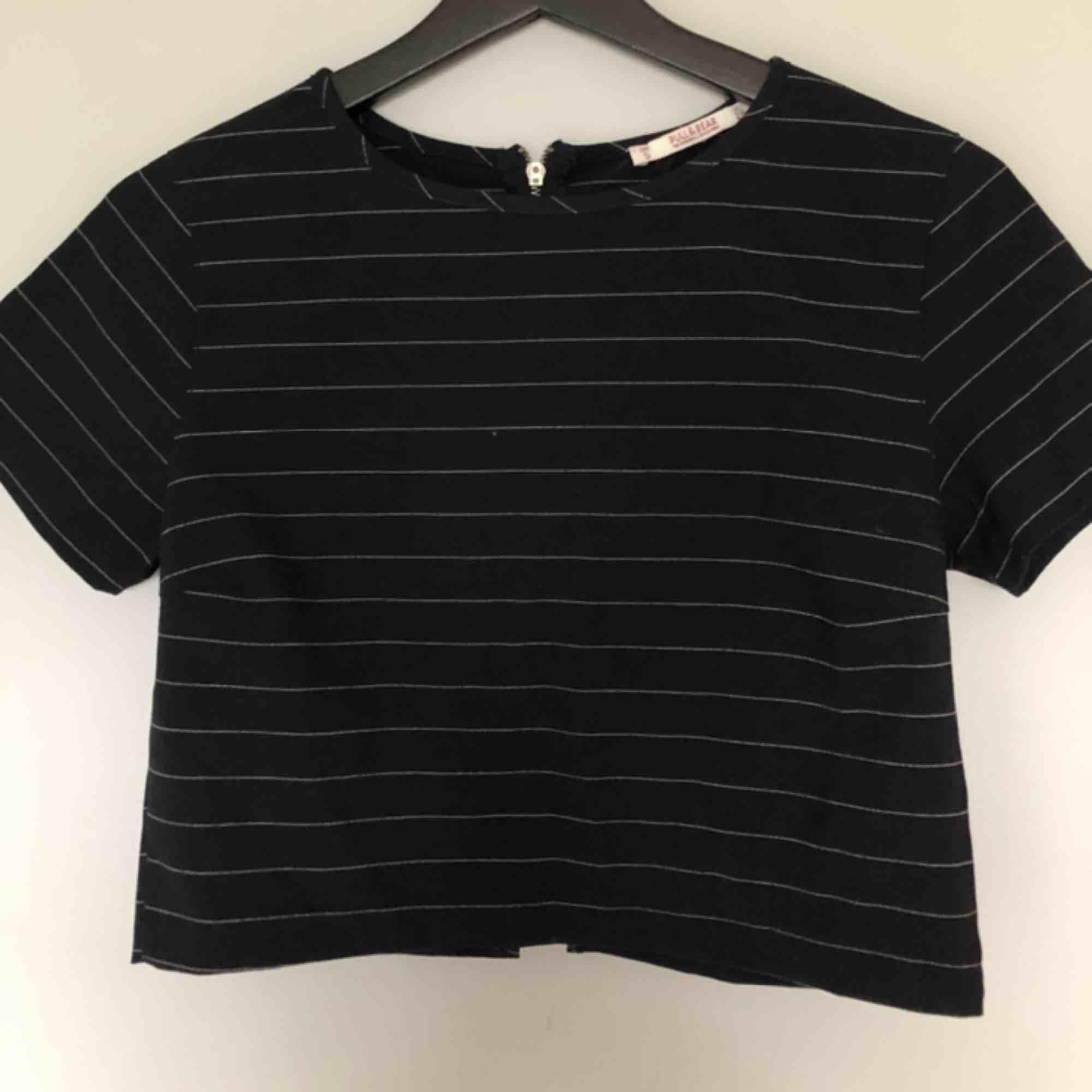 """Jättecool croppad tröja från pull&bear! Den är i lite """"hårdare"""" material, dvs inte vanligt T-shirt tyg & har också ett kritstrecksrandigt mönster💜 En dragkedja där bak & en slits längst ner🤤💖. Toppar."""