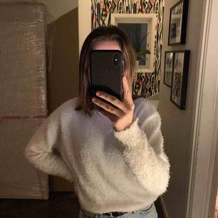 jätte fin stickad tröja från hm köpt för 1 år sen ungefär inte använd mycket så mycket bra skick. Tröjan kostar 60kr och frakt på 20kr💗