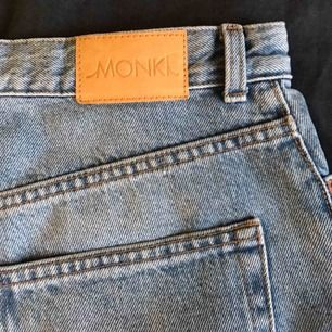 Snygga jeans från monki. Jag är 174cm och de är i perfekt längd för mig. Ganska använda därav priset. Köparen står för frakten💧💧💧