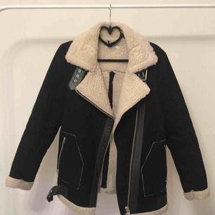 Aviator jacket från ginatricot i mocka imitation med läder detaljer och off white Teddy päls hela insidan. Kan mötas upp annars står köparen för fraktkostnader.