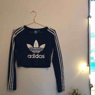 Mörkblå Adidas-tröja. Bra skick! Storlek 38 men passar många storlekar beroende på hur man vill att den ska sitta. Skriv för mer bilder! Kan mötas upp i Göteborg/köparen står för frakten🥰