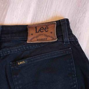 Vintage mom-jeans från Lee. Jätteskönt material, lite uppklippta längst ned. Bra kvalitet! Skriv för mer bilder. Man mötas upp i Göteborg/köparen står för frakten🥰