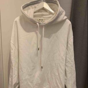 Vit acne hoodie köpt på The Gallery i Helsingborg. Använd max 5ggr, superfint skick! Säljer pga för stor storlek